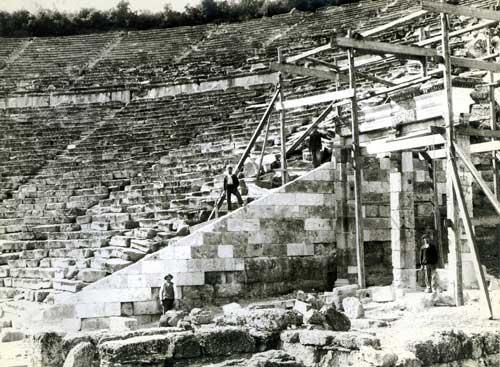 Φωτογραφία από τα �ργα αναστήλωσης της δυτικής πύλης του Αρχαίου Θεάτρου της Επιδαύρου. Αρχείο της εν Αθήναις Αρχαιολογικής Εταιρείας.