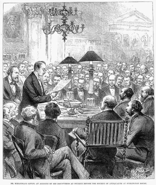 Ο Ερρίκος Σλήμαν μιλώντας σε ακροατήριο στο Λονδίνο για τις ανασκαφές που πραγματοποίησε στις Μυκήνες. H ομιλία έγινε στο Burlington House στην Πλατεία Piccadilly, στην Εταιρία Αρχαιοτήτων του Λονδίνου, (από Αγγλική εφημερίδα της εποχής). Αρχείο: Κώστας Καράπαυλος.