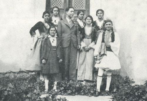Ο πρόεδρος του Συλλόγου Ν�α Ζωή, Γεώργιος Θωμόπουλος, με ομάδα του Συλλόγου σε Εθνική Εορτή 1937.