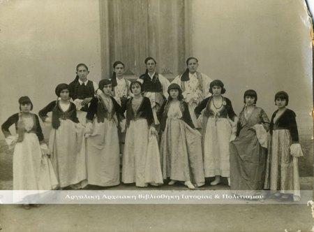 Καποδιστριακό Άργος.  Λίγο πριν την παρέλαση της 25ης Μαρτίου 1933 ( Αρχείο: Καλλιόπη Κιτσοπούλου).