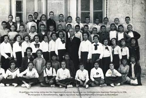 Οι μαθητ�ς της �κτης τάξης του 3ου Δημοτικού Σχολείου Άργους με τον δάσκαλό τους Δημήτρη Τσαπραλή το 1936.