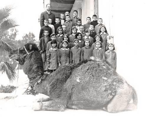 Ο δάσκαλος Κ. Μπουντούρης με τους μαθητ�ς του περίπου το 1968.