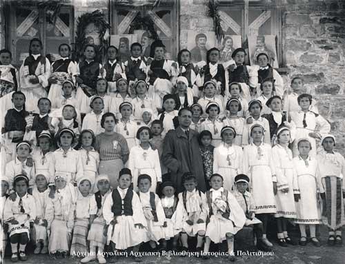 25η Μαρτίου 1938. Δημοτικού Σχολείου Αγίου Αδριανού, δάσκαλοι Σούλα Φλ�σσα, Ζ�ρβας.