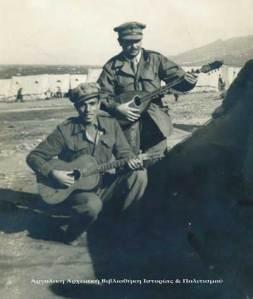Όρθιος με το μαντολίνο ο Κώστας Φλέσσας και καθιστός με την κιθάρα ο Γρηγόρης Μπιθικότσης στη Μακρόνησο το 1948. Αρχείο: Μιχάλη & Ελένης Φλέσσα.