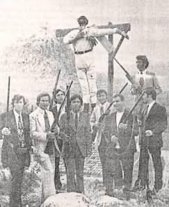Οπλοφόροι ετοιμάζονται για το κάψιμο του Ιούδα. Ασίνη 1972.