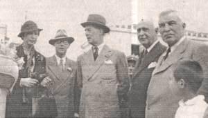 Από δεξιά προς αριστερά: Ο Τάσος Τσακόπουλος, ο τότε δήμαρχος Άργους Κ. Μπόμπος, οι πρίγκιπες Ανδρέας και Χριστόφορος και η σύζυγος του Χριστόφορου έξω από το Δημαρχείο Άργους το 1936.