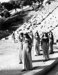 Ιππόλυτος - Είσοδος του χορού. Επίδαυρος 1954. Αρχείο Θεατρικού Μουσείου.