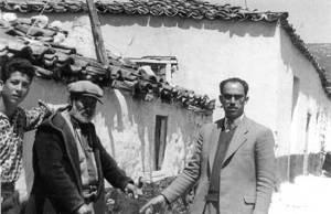 Ο τελευταίος  ντελάλης των Διδύμων Παναγής (αριστερά) με τον φωτογράφο Στέφο Αλεξανδρίδη.