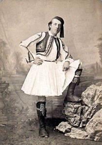 o Οscar Wilde με Ελληνική ενδυμασία