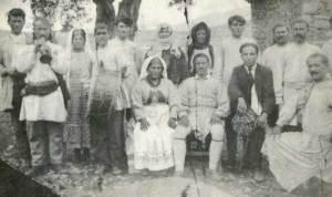 Γάμος Γεωργίου Πασσά ( Φέσα ), το 1924. Ο Γιώργης Ράπτης (Γκούλιας) παίζει πίπιζα και ο γιός του Τάκης νταούλι.