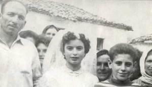 Καρυά δεκαετία 1950. Κωνσταντίνα Μπλάφα, αριστερά ο πατέρας της Ηλίας.