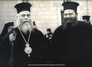 Ο Μητροπολίτης Αργολίδος  Χρυσόστομος Α΄ με τον τότε Αρχιμανδρίτη  Χρυσοστόμο Δεληγιαννόπουλο στην Πλατεία Αγίου Πέτρου το 1964.