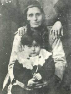 Στην αγκαλιά της γιαγιάς του.