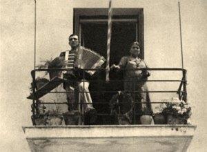 Ο ρεμπέτης Γιάννης Παπαϊωάννου, με τη μητέρα του και το ακορντεόν του.