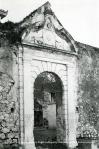 Η Πύλη του Στρατιωτικού Νοσοκομείου πάνω από τον Ψαρομαχαλά, δεκαετία1930.