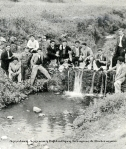 Νεαροί φωτογραφίζονται στο ποταμάκι του χωριού, που κατέβαινε απ' τοΚαμάρι.