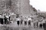 Ασίνη. Άνδρες και αγόρια στον προμαχώνα της ανατολικής πλευράς του κυκλικού οχυρώματος της ακροπόλεως. 1922 (© ΒασιλικέςΣυλλογές).