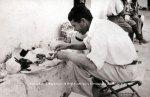 Ασίνη. Οι αρχαιολόγοι γευμάτιζαν κοντά στο ναό της Παναγίας. Εδώ ο Διάδοχος Γουσταύος Αδόλφος. Συχνά το μεσημεριανό αποτελείτο από σαρδέλες και αβγά, όπως εδώ. 1922 (© ΒασιλικέςΣυλλογές).