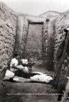 Δενδρά. Κατά τη διάρκεια της ανασκαφής του θολωτού τάφου το 1926, οι αρχαιολόγοι κοιμόνταν στον δρόμο του τάφου κάθε βράδυ από το φόβο των αρχαιοκαπήλων. (The Person Papers, Βιβλιοθήκη του Πανεπιστημίου τηςΟυψάλα).
