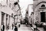 Ναύπλιο, ο δρόμος προς την πλατεία Συντάγματος με το Τριανόν, που τότε ήταν καφενείο. 28 Οκτωβρίου 1922 (© ΒασιλικέςΣυλλογές).