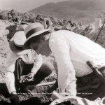 Ο Κώστας Ντάσσης (Μπακακάς) από τις Μυκήνες ήταν προϊστάμενος. Εδώ καθώς ανασκάπτει το εργαστήριο αγγειοπλαστικής. 1938 (φωτ. Βο Ηellman, ΑρχείοΜπερμπάτι).