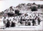 Ασίνη. Όλοι έβαλαν τα καλά τους για την ομαδική φωτογραφία. Αριστερά ο κύριος Νικόλας Γριμάνης, που ήταν φύλακας στο Μουσείο του Ναυπλίου και εργάστηκε ως προϊστάμενος των εργατών σε όλες τις ανασκαφικές περιόδους. 1922 (ΑρχείοΑσίνης).