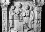 Ρωμαία κυρία, καθισμένη σε πολυθρόνα, απολαμβάνει τις περιποιήσεις τεσσάρων θεραπαινίδων. Μαρμάρινο ανάγλυφο από το Neumagen της Γερμανίας, 3ος αι.μ.Χ