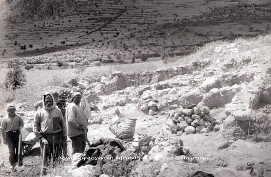Μπερμπάτι. Ανασκαφή του εργαστηρίου αγγειοπλαστικής στην ανατολική κλιτύ του Μαστού. Τρεις από τους άνδρες έχουν αναγνωριστεί. Αριστερά ο Παναγιώτης Κρεμμύδας ο άνδρας με το μαντήλι στο κεφάλι είναι ο πατέρας του Αντώνιος Κρεμμύδας αριστερά του ο Γεώργιος Πανούσης (;). (ΑρχείοΜερμπατιού).