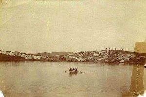 Η Ερμιόνη από τον ορμίσκο του Λιμανιού, 1900. Φωτογραφία από τον ιστότοπο της  Πρωτοβουλίας Ενεργών Πολιτών Ερμιόνης.