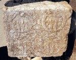 Στεφάνια ελιάς και αργιοσέλινου σε τμήμα βάσης που έφερε άγαλμα αθλητή, δρομέα, ο οποίος νίκησε στην Ολυμπία, στα Ηραία και σε άλλους αγώνες, 3ος αι. π.Χ. Το όνομα του δεν διασώθηκε. ΜουσείοΆργους.