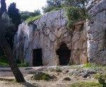 Η αποκαλούμενη φυλακή του Σωκράτη στο λόφο τουΦιλοπάππου.