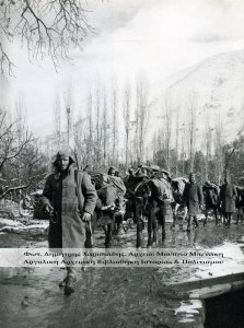 Πορεία μεταγωγικών. Φωτογραφία, Δημήτρης Χαρισιάδης. Αρχείο: Μουσείο Μπενάκη.