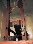 Ξύλινη λαιμητόμος της εποχής του Όθωνα. ΕγκληματολογικόΜουσείο.