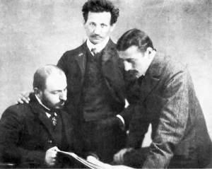 Ο Δελμούζος (στη μέση) μαζί με τους Σκληρό και Τριανταφυλλίδη στην Ιένα της Γερμανίας, 1907.