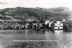 Κίος, η παραλία του Μπαλουκπαζαριού, έρημη με τα δέματα εγκαταλειμμένα. Δημοσιεύεται στο: «Κίος η αλησμόνητη», Εκδόσεις Δωδώνη,1995.