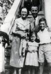 Ο συγγραφέας Βασίλης Κουλιγκάς, με την οικογένειά του. Δημοσιεύεται στο: «Κίος η αλησμόνητη», Εκδόσεις Δωδώνη,1995.