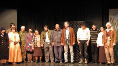 Ο σκηνοθέτης Νικόλας Ταρατόρης και ο θίασος της Πολιτιστικής Αργολικής Πρότασης.