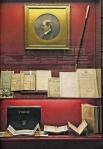 Βιτρίνα της έκθεσης όπου δεσπόζει το πορτρέτο του ΧαρίλαουΤρικούπη