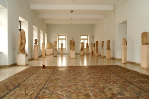 Αρχαιολογικό Μουσείο Άργους. Εσωτερικό πρώτου ορόφου, ελληνορωμαϊκά γλυπτά.  Επιλογή εικόνας: Αργολική Βιβλιοθήκη.