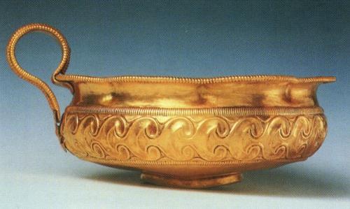 Χρυσό κύπελλο με περίτεχνη έκτυπη διακόσμηση φύλλων κισσού από το θαλαμωτό τάφο 10.