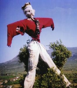 Σκιάχτρο. Κοκκινάδες Δήμου Ασκληπιείου. Φωτογραφία: Γιώργος Αντωνίου. Δημοσιεύεται στο λεύκωμα, Η Αργολίδα που φεύγει, εκδόσεις Εκ Προοιμίου, 2007.