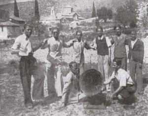 Νέοι από την Άρεια διασκεδάζουν με τη χρήση γραμμοφώνου, στο αλώνι της Αγίας Μονής, 1944.