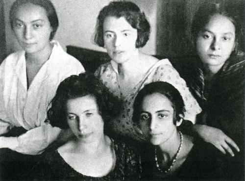 Ο κύκλος των γυναικών, φίλων του Νίκου Καζαντζάκη, στο Βερολίνο, κατά τα έτη 1922-1923, Itka Horowitz, Lea Dunkelblum, Rosa Schmulewitz, Dina Matus και, κάτω δεξιά, Rahel Lipstein. Δημοσιεύεται στο Περιοδικό «Δέντρο», τεύχος 155-156, Μάιος 2007.