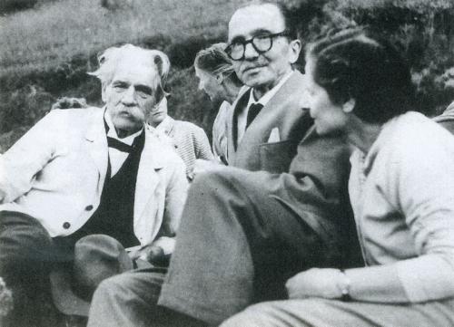 Ο Νίκος Καζαντζάκης και η Ελένη Καζαντζάκη με τον Άλμπερτ Σβάιτσερ, στο Γκρούνμπαχ, 11 Αυγούστου 1955. Δημοσιεύεται στο Περιοδικό «Δέντρο», τεύχος 155-156, Μάιος 2007.