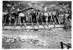 Ψήσιμο αρνιών το Πάσχα του 1935 στην Αμφίκλεια Φθιώτιδας. Η φωτογραφία είναι από το αρχείο του Γεωργίου Ποδάρα και δημοσιεύεται στον ιστότοπο:  http://dadi-amfikleia.blogspot.gr.