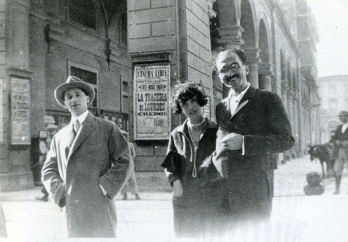 Ο Νίκος Καζαντζάκης με την Edvige και τον αδελφό της Doro Levi στη Φλωρεντία, Οκτώβριος 1926. Δημοσιεύεται στο Περιοδικό «Δέντρο», τεύχος 155-156, Μάιος 2007.