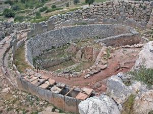 Ο ταφικός περίβολος Α, το νεκροταφείο των ηγεμόνων των Μυκηνών, στα νοτιοανατολικά της πύλης των Λεόντων.
