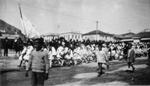 Παρέλαση στην πλατεία Αγίου Πέτρου Άργους, δεκαετία 1930.