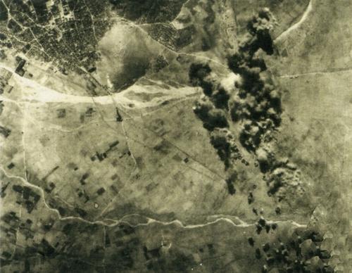 Αεροφωτογραφία μετά από βομβαρδισμό του αεροδρομίου. Επάνω αριστερά η πόλη του Άργους