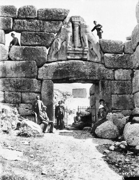Οι αρχαιολόγοι Λέβεντορ, Ντέρπφελντ και Σλήμαν στις Μυκήνες το 1885.